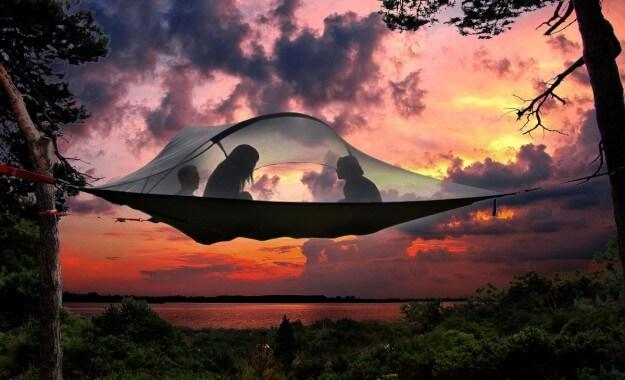 新感覚!ハンモック型の空中テント、テントサイル